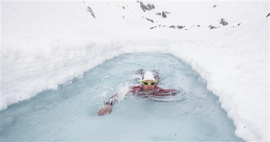 Concours hiver 2020-21, la pipe confinée! - Page 2 Baignade-lac-gelc3a9.jpg?u=https%3A%2F%2Fquestions2physique.files.wordpress.com%2F2013%2F01%2Fbaignade-lac-gelc3a9