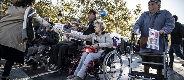 Handicap: manifestation à Paris pour l'accessibilité du ...